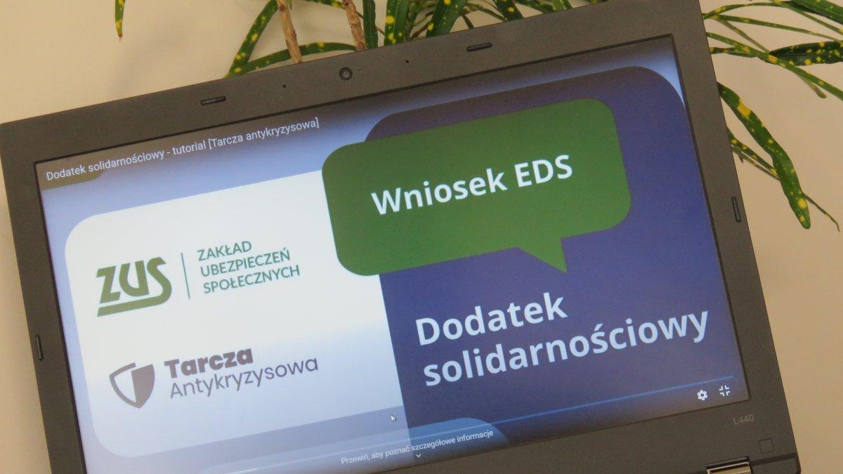Na zdjęciu komputer ze stroną internetową Zakładu Ubezpieczeń Społecznych
