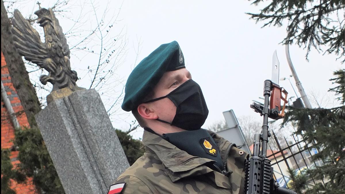 Na zdjęciu żołnierz 4. Brodnickiego Pułku Chemicznego przy pomniku Armii Krajowej w Brodnicy